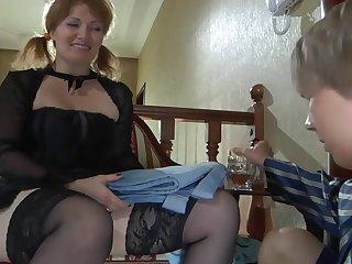 Зрелая толстушка домохозяйка трахается со своим молодым боссом