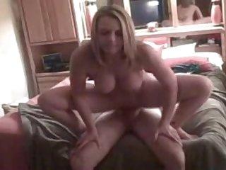 Красивая блондинка оседлала большой член своего мужа
