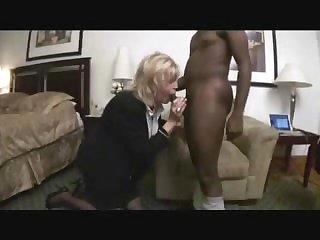 Порно зрелой старушки и её любимого негра