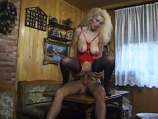 Зрелая проститутка показала парню как надо трахаться