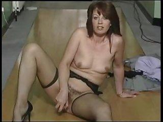 Женщина за 30 раздвигает свои ножки в чулках