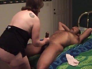 Зрелый мужик трахает на кровати одинокую хозяйку