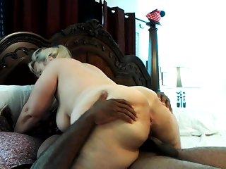 Порно зрелой старухи с негром на кровати