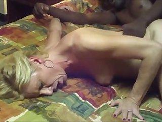 Негр трахает на кровати белую зрелую любовницу