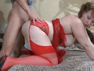 Секс раком со зрелой толстушкой в красных чулках