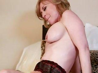 Горячее порно зрелых лесби на кровати