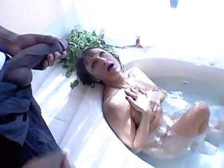 Негр показал зрелой даме в ванной свой член
