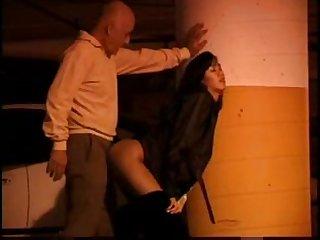 Зрелый мужик трахает проститутку на стоянке