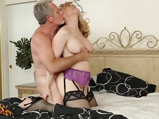 Зрелые любовники дико трахаются в спальне