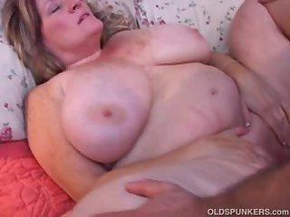 Нежный секс с грудастой женой на кровати