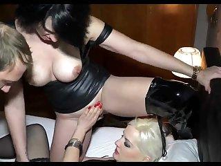 Групповой секс с развратными шлюхами на кровати