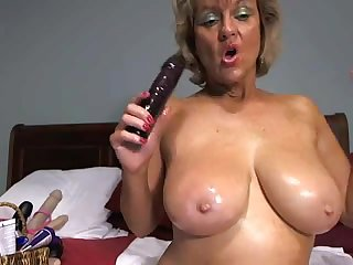 Зрелая женщина трахает себя на вебкамеру