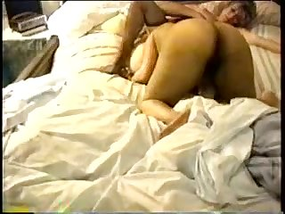 Ретро секс двух женщин с мужиком на кровати