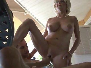Похотливая зрелая соседка знает чем занять свою вагину