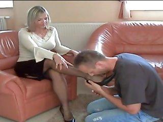 Голые ноги страстной дамы возбуждают её любовника