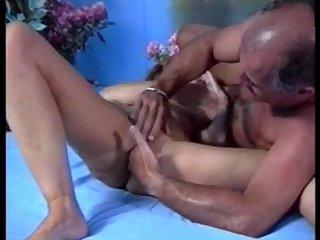 Дед шикарно выебал свою зрелую подружку на кровати