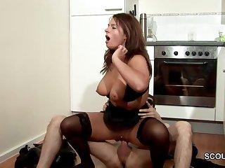 Секс на кухне с офигенной грудастой сучкой