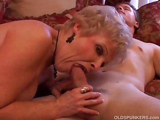 Похотливой старушке нравится заниматься с молодым самцом