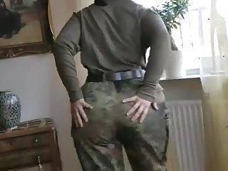 Русская женщина позирует в военной форме