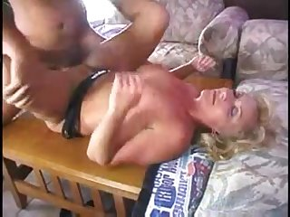 Старая потаскуха испытала оргазм с любовником