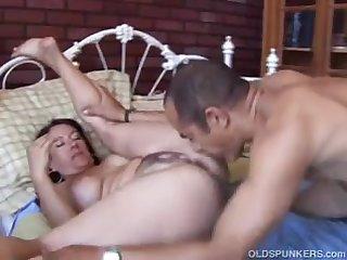 Шикарный секс в кровати со зрелой нимфой