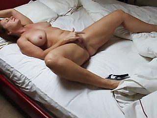 Зрелая женщина устроила вечером мастурбацию