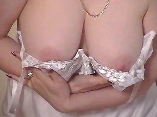 Зрелая женщина показывает своё красивое тело
