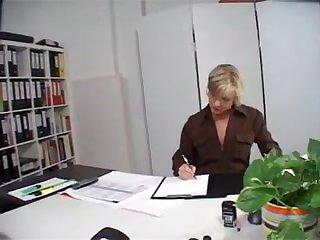 Босс отвлек от работы свою зрелую секретаршу