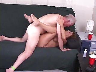 Старый дед трахает свою зрелую соседку