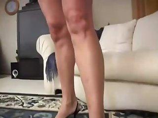Пожилая блондинка скачет вагиной на большом члене