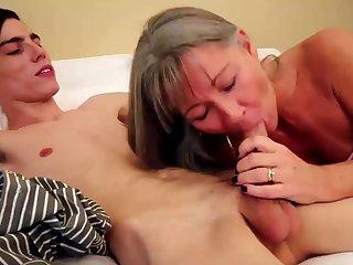 Старая блондинка дала 18 летнему пацану накончать ей в рот