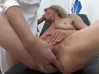 Доктор хорошенько осмотрел зрелую женщину на кушетке