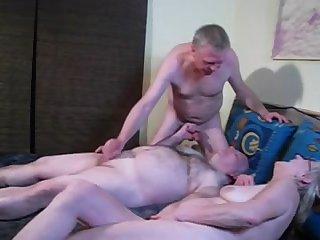 Зрелые бисексуалы устроили оргию в спальне