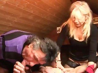 Зрелые бисексуалы трахают женщину