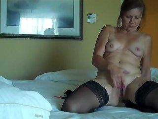 Красивый секс с опытной проституткой в спальне