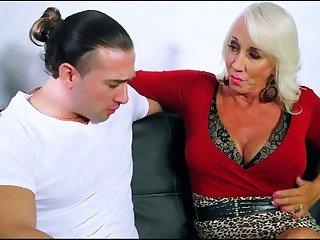 Похотливая женщина пригласила к себе молодого любовника