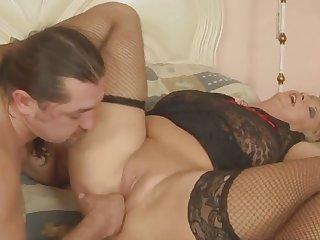 Голая грудастая Итальянка любит получать оргазм