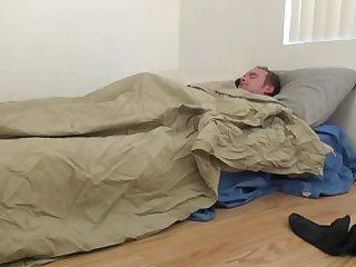 Зрелая блондинка будит спящего парня дрочкой
