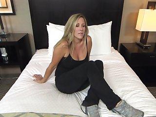 Длинноволосая девушка за 40 пришла на секс кастинг