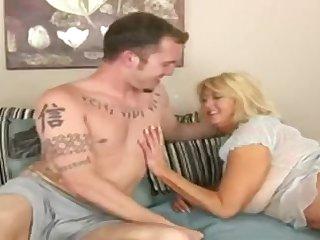 Сисястая мамочке захотела молодого самца утром
