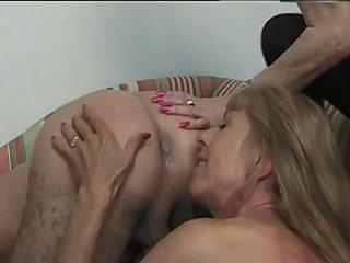 Зрелые сучки доят молодого самца