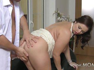 Жена красиво соблазняет своего мужа после работы