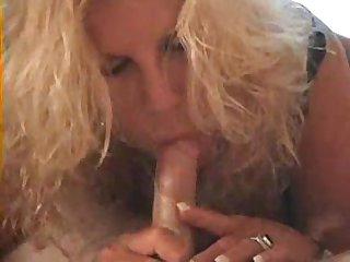 Лысый мужик развлекается в номере со зрелой проституткой