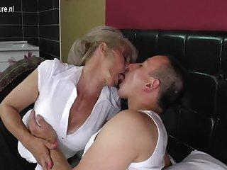 Мужик довёл до оргазма зрелую проститутку