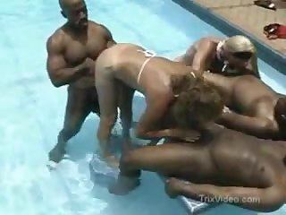 Зрелые свингеры занимаются сексом в бассейне