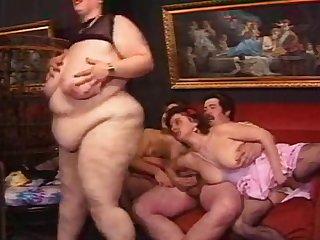 Немецкое порно толстушки развлекаются с мужиком на диване