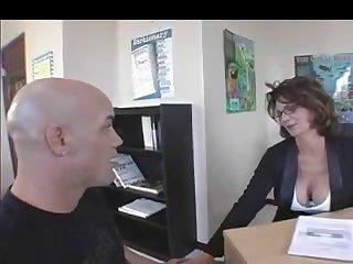 Зрелая начальница соблазнила работника своей грудью