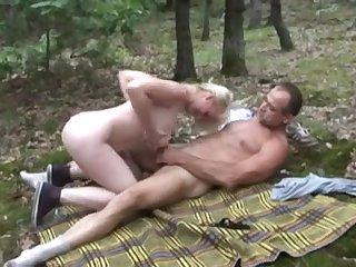 Немецкая зрелая женщина в лесу трахнулась с любовником