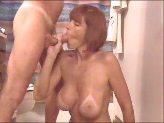 Перец кончает в рот зрелой проститутке