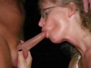 Зрелая проститутка трахается с клиентом в кинотеатре